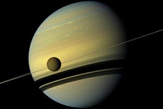 Titano si allontana da Saturno cento volte più velocemente di quanto si è creduto finora